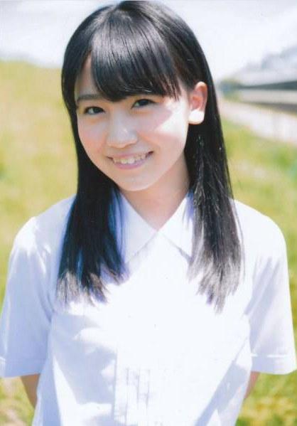 白いワイシャツが爽やかな小嶋真子