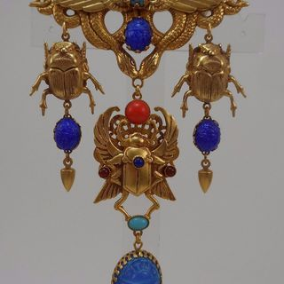 ASKEW LONDON 'EGYPTIAN REVIVAL' WINGED SCARAB DROP BROOCH