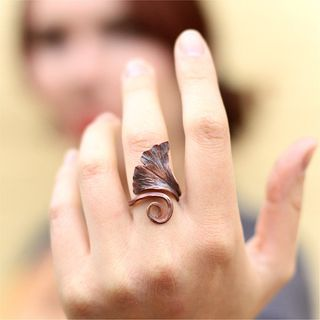 Forged Copper Ginkgo Leaf Ring锻造铜银杏叶环的图片