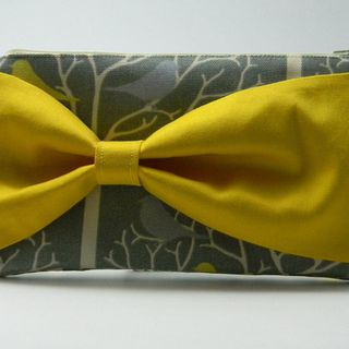 Grey Bird and Tree Clutch with Yellow Bow的图片