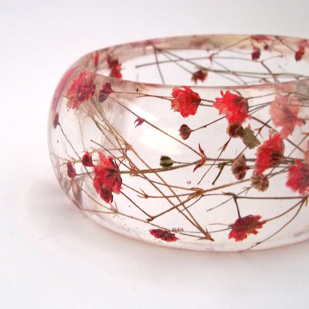 Red Resin Bangle.  Chunky Bangle with Pressed Flowers.  Real Flowers - Red Baby's Breath.  Contemporary Botanical Jewelr的图片