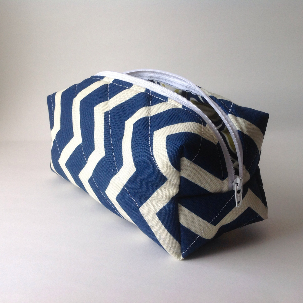 【小配件VS大魅力】Navy and White Chevron Medium Makeup Bag的图片