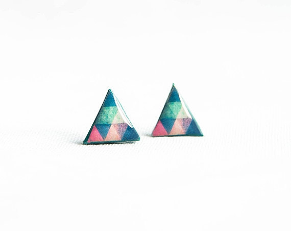Emerald green triangle earrings studs, tiny post earrings, geometric stud earrings的图片