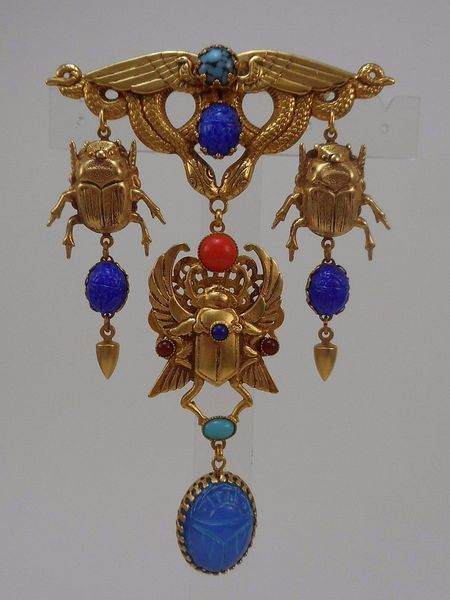 ASKEW LONDON 'EGYPTIAN REVIVAL' WINGED SCARAB DROP BROOCH的图片